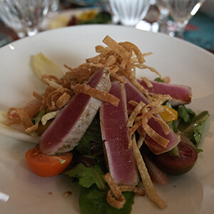 Seared tuna and green salad